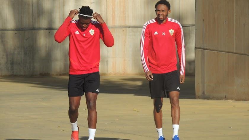 Owona entrenó ayer con una protección en la rodilla derecha.