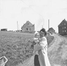 Photo: 1957/58: Die Mutter mit dem ersten Sohn in - Boelerheide? In der Sonntagstraße - unweit der Malmkestraße? (Man vergleiche die etwas tiefer gelegene Stelle am Weg im vorigen Foto.)
