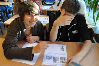 """Photo: V neděli 23. září proběhl závěrečný """"test"""" vědomostí o varšavském povstání. Studenti se rozdělili do česko-polských dvojic a vypracovávali dvoujazyčný materiál s otázkami, fotografiemi a mapkami. Po necelé hodině proběhlo vyhodnocení a rekapitulace všech správných odpovědí a jejich variant."""