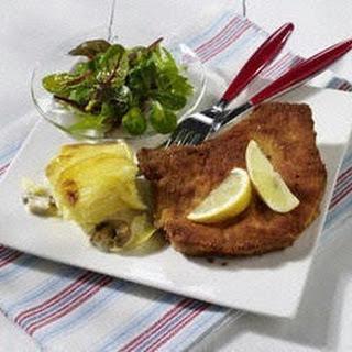 Paniertes Kotelett mit Pilz-Kartoffel-Gratin und Babysalat