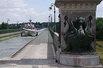 Photo: Voici le célèbre Pont Canal de Briare, longtemps le plus long pont-canal métallique du monde avec ses 662.69 mètres, large de 11 m (avec les chemins de halage, parfaits pour une promenade). Sa construction a été assurée par Gustave Eiffel et l'entreprise Daydé et Pillé de Creil. Ouvert à la circulation en 1896, il a permis le développement du transport avec la mise au gabarit Freycinet des écluses.  Il est classé monument historique. En 1900, c'est près de 10 000 bateaux qui empruntent le pont-canal chaque année. Il illustre le souci des ingénieurs du XIXe siècle d'associer qualité technique et esthétique.