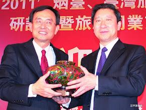 Photo: 志洋旅行社董事長蕭志洋與煙台市副市長李樹軍(右)合影