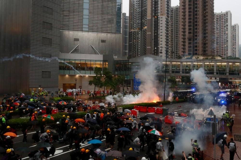 Protes-chaos gryp Hongkong aan terwyl die polisie traangas en waterkanon vuur