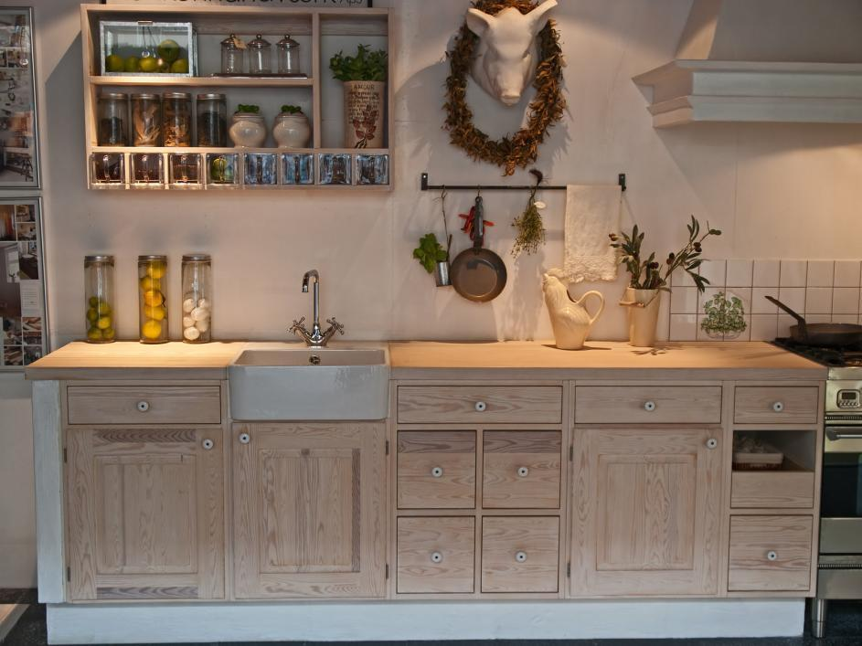 http://streaming.yayimages.com/images/photographer/ronyzmbow/9c2900271a81a0ededab37aed632e7a2/modern-neo-classical-design-wooden-country-kitchen.jpg