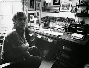 Photo: Виктор Некрасов, у письменного стола в кабинете в квартире на ул рю Лабрюйер, Париж, 12 января 1976. Фотография Нико Нагель