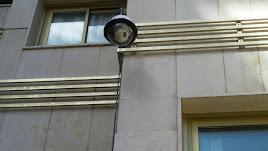Las cámaras de vigilancia son frecuentes en edificios públicos.
