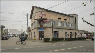 """Photo: Str. Stefan cel Mare, - Nr.24 - 2017.11.02 In aceasta cladire  a existat interbelic un Hotel """"Hotel Sabau"""" de care se aminteste in Ghidul Turistic al Orasului Turda, lucru confirmat de spusele unui localnic din zona cladirii si de comentariu de pe Facebook, Gheorghe Petrov , 2016. I.L.T.  - sursa T.Stefanie, V.Visinescu - Ghid Turistic, pag. 128 In jurul anului 1955 la parterul casei exista un restaurant iar la etaj locuia familia Neamtu avand ca fica pe Bates. info.C.Farcasan Alte informatii cu date recente  in comentarii de pe Facebook. S.P.  După ultimele informații, în clădirea cu etaj a funcționat un restaurant iar la etaj un hotel, proprietar fiind un anume Neamțu. În partea dreapta a hotelului era un punct de distribuția a produselor petroliere, în special a petrolului lampant, pentru consumatorii casnici din oraș și din județul Turda. https://www.facebook.com/suciu.petru.92/posts/1314708851935739?pnref=story"""