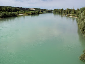 Photo: Fiume Isonzo (j. słoweński: reka Soča) Szlak handlowy, z rejonu Gradisca d'Isonzo, przebiegał podobnie jak obecna autostrada Villesse-Gorizia. Ja jednak, aby nie wędrować drogami szybkiego ruchu, wytyczyłam trasę wzdłuż przeciwległego brzegu Isonzo. A więc, zaraz po wyruszeniu z miasta, przeprawiam się przez rzekę,  to jest kilka kilometrów wcześniej od rzymskiego mostu.