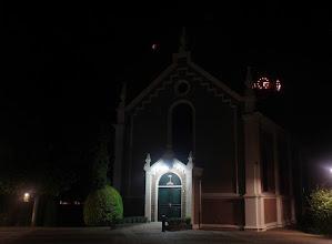 Photo: Verduisterde maan boven de kerk van Maasdam