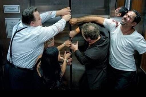 Khi thang máy gặp sự cố, bạn nên bình tĩnh và không tìm cách cạy cửa thang máy