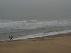 Photo: Weinig mensen op het strand.