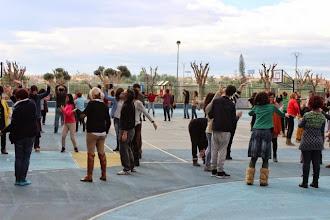 Photo: El patio del colegio lleno de participantes biodanzando.