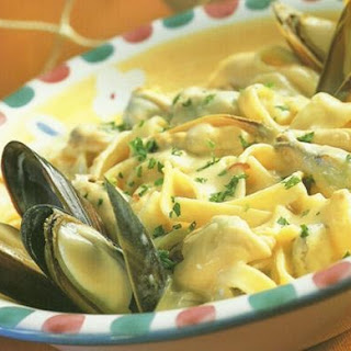 CREAMY MUSSEL PASTA IN WHITE WINE GARLIC SAUCE