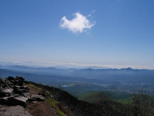 東側(奥に日光白根山や赤城山、右に浅間隠山)