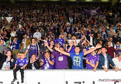 🎥 Beerschot-supporters ontvangen trakteren hun helden op paars rookgordijn