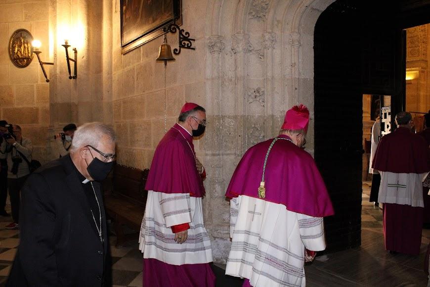 El arzobispo metropolitano de Granada, el obispo coadjutor y el obispo de Almería entrando en la Sacristía Mayor.