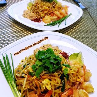 Shrimp Pad Thai (Thai Rice Noodle).