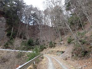 前方が鍵懸山の登山口