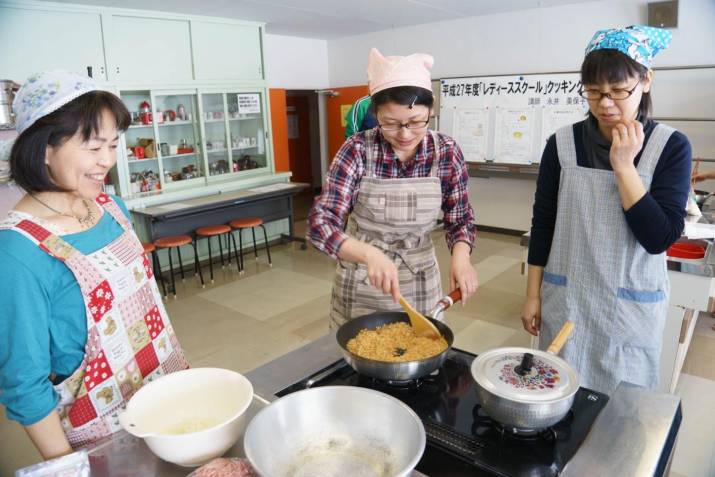 スコップコロッケのパン粉を小麦色に炒めます
