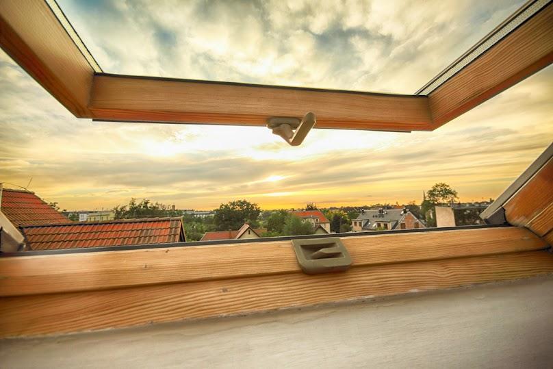 Otwarte okno na poddaszu