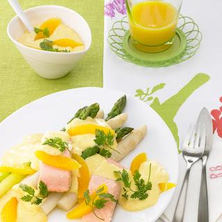 Grüner und weißer Spargel mit gedünstetem Lachs und Orangen-Hollandaise