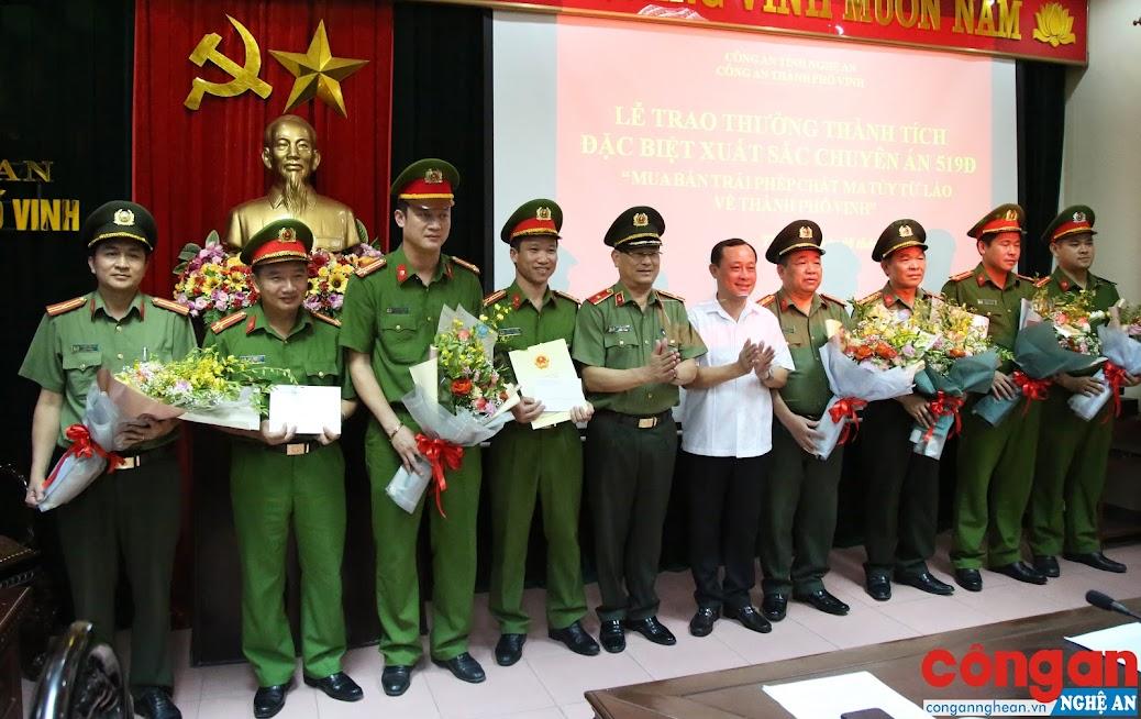 Lãnh đạo Công an tỉnh và Thành ủy Vinh trao thưởng cho Ban chuyên án 519Đ