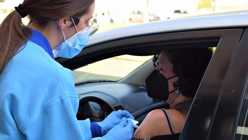 Una mujer recibe la vacuna contra el coronavirus en el Palacio de los Juegos Mediterráneos.