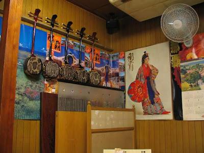まんじゅまい 泉崎店・壁の三線