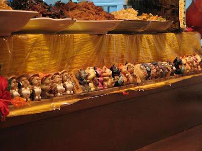 ふる里・カウンターに並んだ狸や招き猫