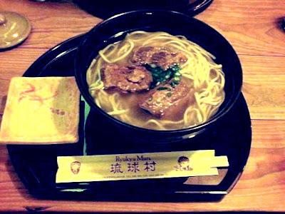 琉球村・ソーキそば(撮影条件が悪く色バランスをどう補正してもここまで。すみません!)