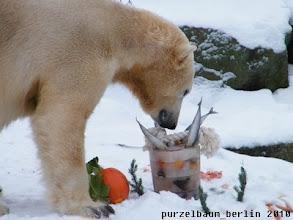 Photo: Hm, Eistorte mit Fischkerzen und Spielzeug :-)