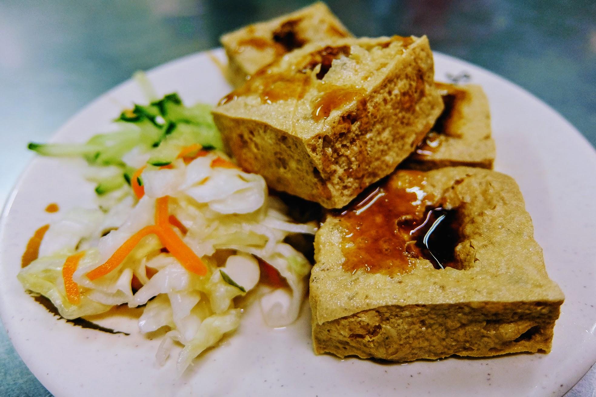 臭豆腐一份30元,一份4塊,旁邊有泡菜和黃瓜絲