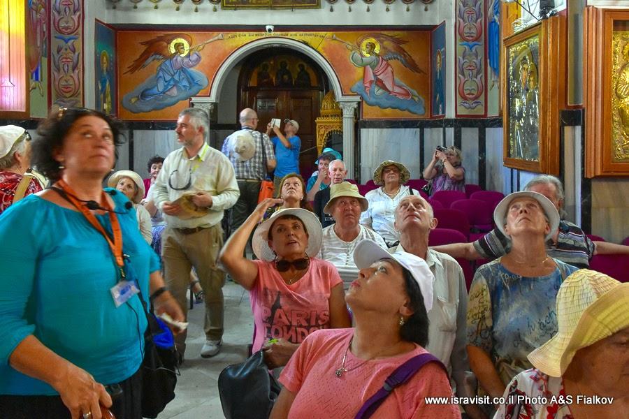 Гид в Израиле Светлана Фиалкова на экскурсии по Святым местам Галилеи - в православной греческой церкви в Кане Галилейской на месте первого чуда Иисуса.