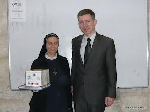 Photo: Remise de livres à Sr Amale du Collège des Soeurs du Rosaire à Beit Hanina (Jérusalem)