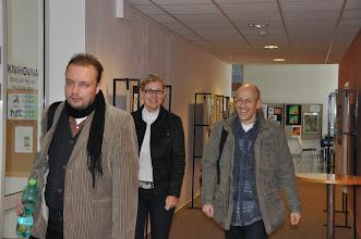 Photo: Přicházejí kolegové z profesorského sboru. Skupinku vede pan kolega Jaroslav. Za ním kráčí kolegové Hanka a Jörg.