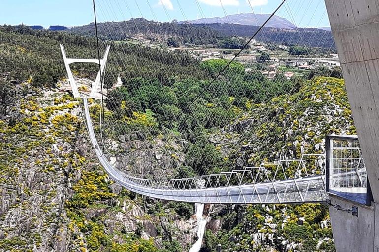 A ponte é sustentada por cabos de aço, ligados a duas torres de 35 metros, em cada lado das montanhas (Imagem: 516 Arouca/Divulgação)