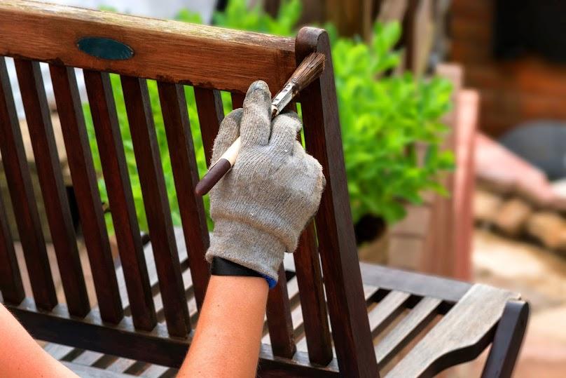 Malowanie drewnianego krzesła