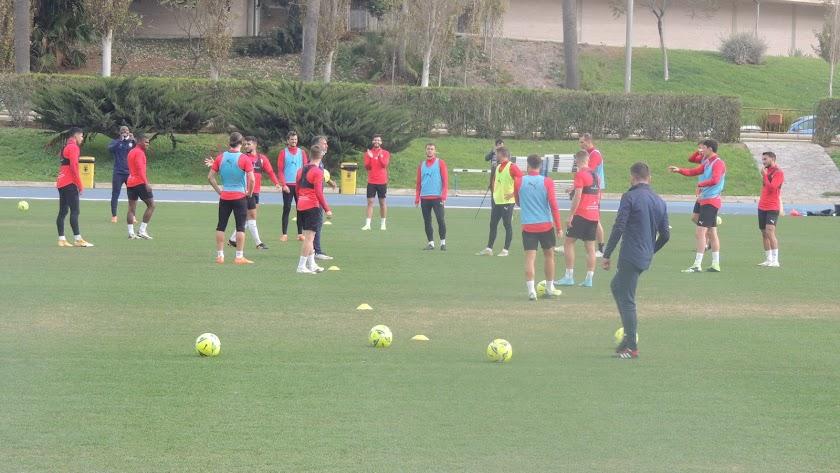 Suplentes y no convocados en la Copa durante el entrenamiento de este jueves.