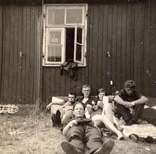 Photo: Kamp Ameland, vooraan Hennie Mennega achter v.l.n.r.: Jans Zandvoort, Lute Enting, Aaltje Hilberts, Rika Niemeijer en Harm Hadderingh