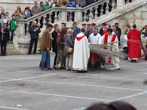 Photo: Heuer verteilen auch die Pfarrgemeinderäte die Palmzweige an die BesucherInnen.