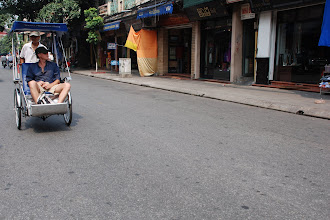 Photo: A Tay (western foreigner) having a tricycle ride on Hang Bong street, looking at souvenir stores on either side...