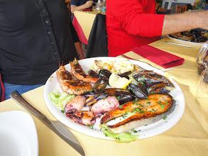 Photo: Et cette assiette assortiment de poissons / fruits de mer a eu beaucoup de succès (tout le monde l'a prise hormis Maelle, Remy, et Charles) -- plat dédicacé à Michel...