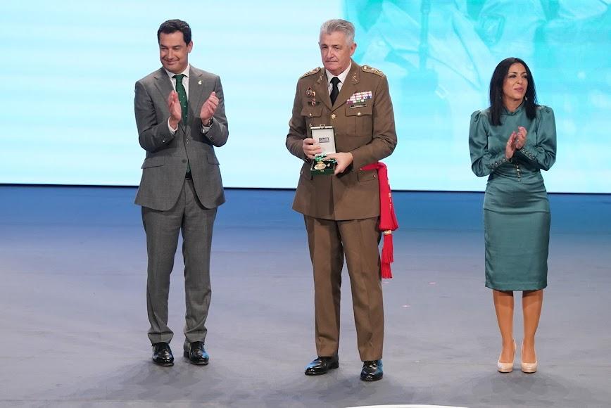 La Legión Española recoge su medalla.