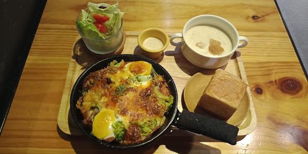 鐵盤烤蛋。料很多。濃湯好喝。無限續。附餐麵包不馬虎。回烤後上桌。好吃。服務親切。