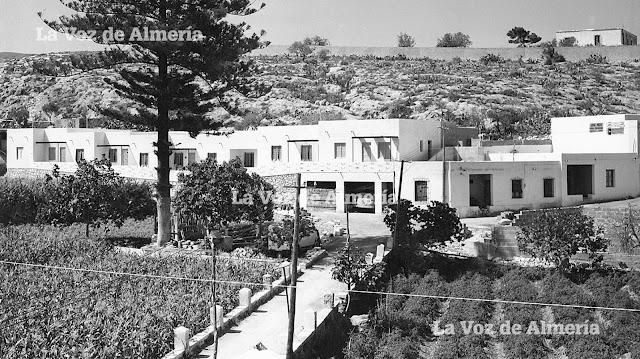 Las huertas del cortijo de Pozo, con las primeras casas del barrio de la Esperanza a comienzos de los años 60. Al fondo el muro que limitaba la finca