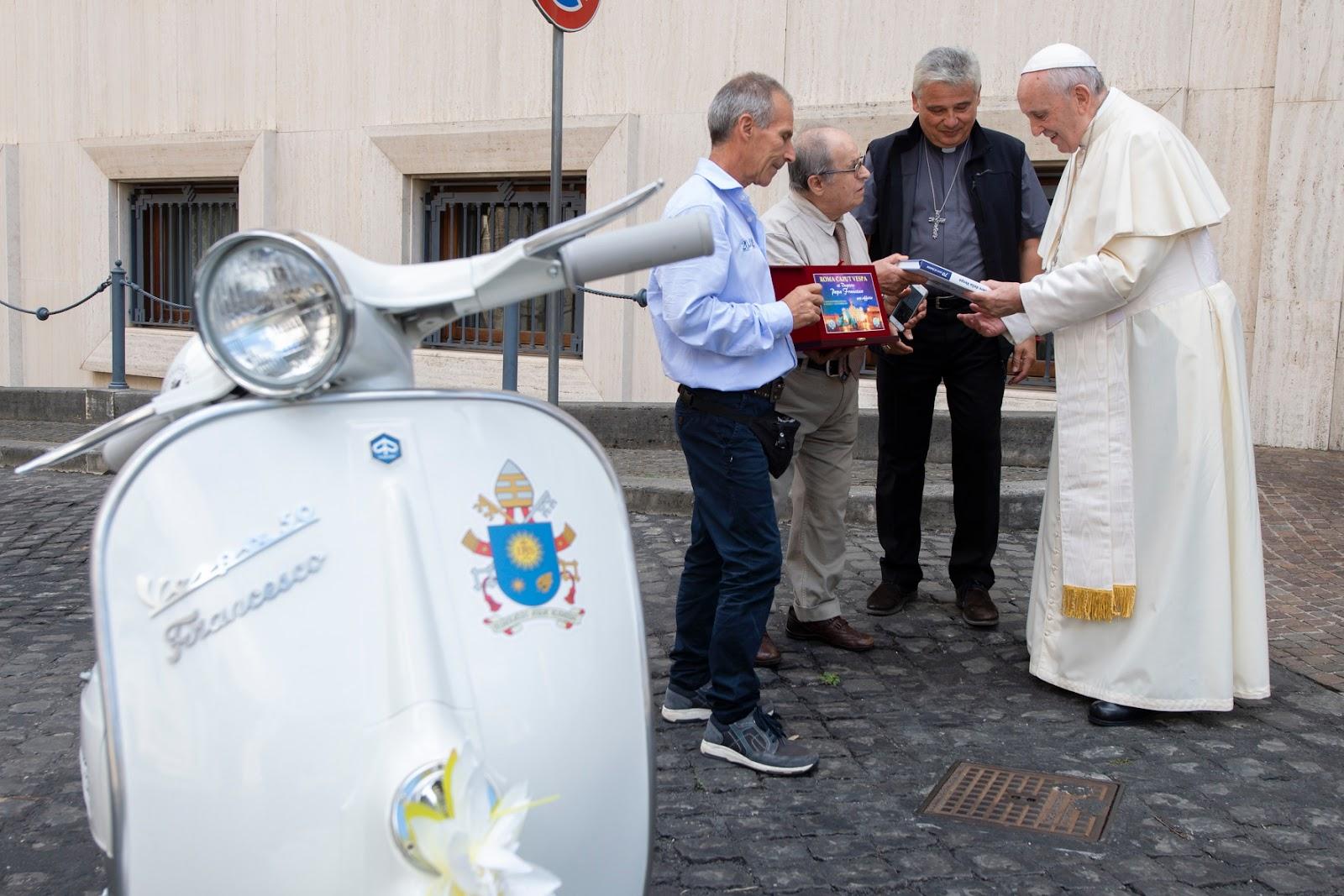 Đức Thánh Cha được tặng một chiếc Vespa (để làm bác ái)