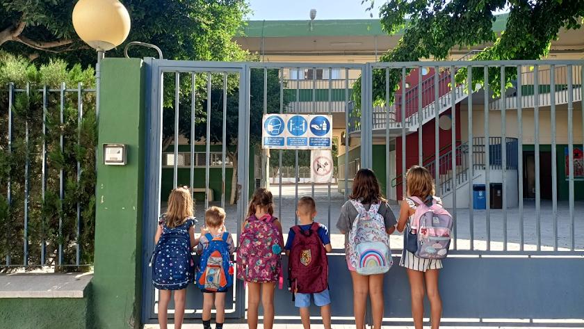 Niños aguardan su turno para volver al cole después de las largas vacaciones de verano.