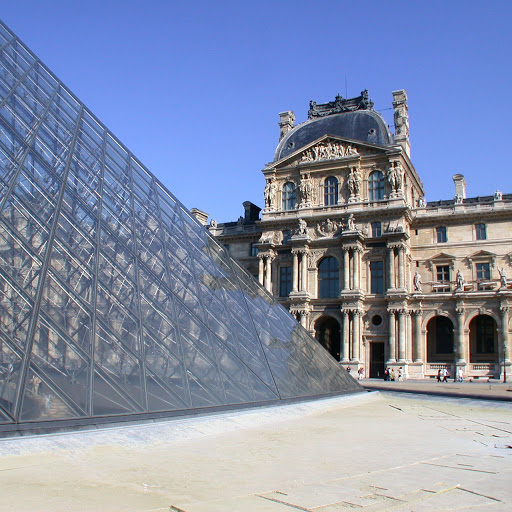 Paris Pyramide louvre