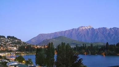 Photo: Iltanäkymä järvelle ja vuorille