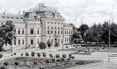 Photo: din prima jumatate a sec. XX sursa: Clădirea primăriei din Turda a fost construită între anii 1884- 1886 în stil Neo-Renaissance (neorenascentist) și a fost inițial  sediul prefecturii comitatului Turda-Arieș. Clădirea și terenul  aferent cuprinde toată partea de est a fostei Piețe de Fân din acea epocă (Piața Regina Maria în perioada interbelică, azi  Piața 1 Decembrie 1918). http://omeka.bjc.ro/omeka/items/show/414